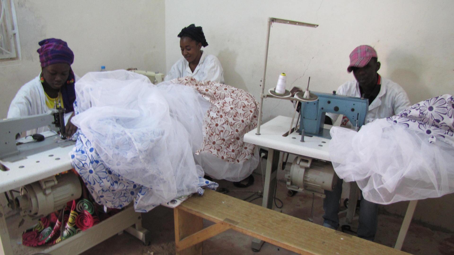 Lokale naaiateliers zetten op maat klamboes op de markt