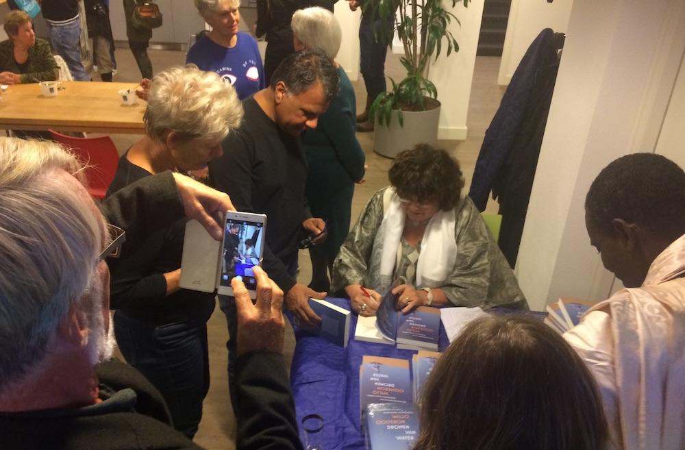 boekpresentatie Dromen van water-signeren
