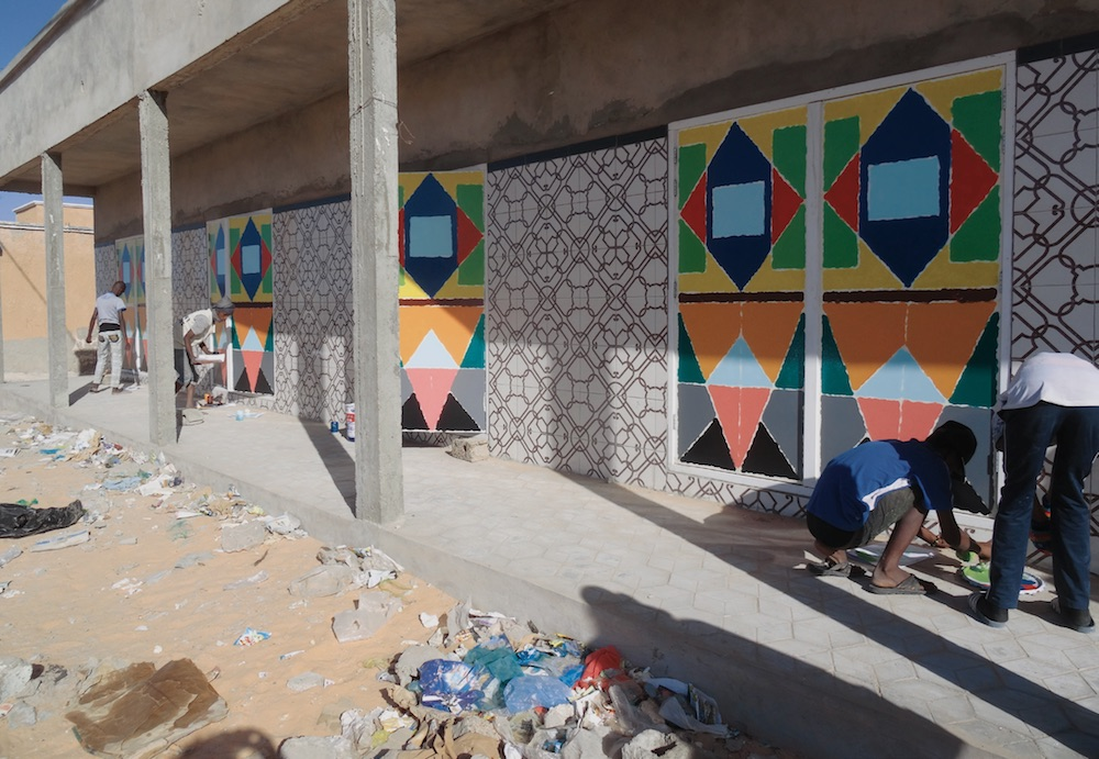 Centre Commercial - Les jeunes Sourds de la formation en design peignent les portes 02